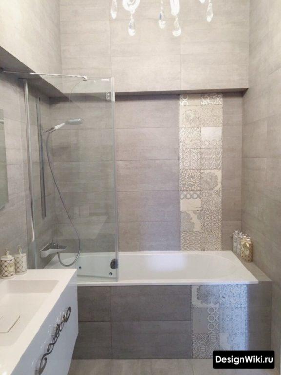 Серый дизайн маленькой ванной без туалета