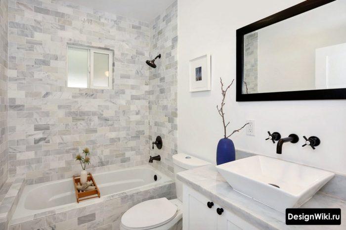 Смеситель из стены в маленькой ванной