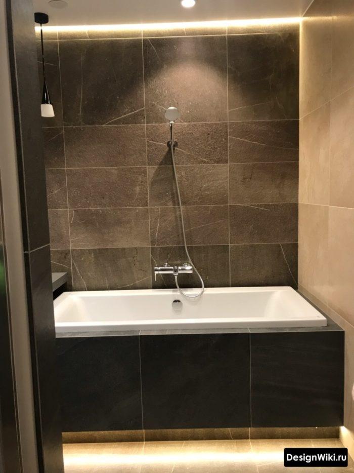 Современная скрытая подсветка в маленькой ванной комнате