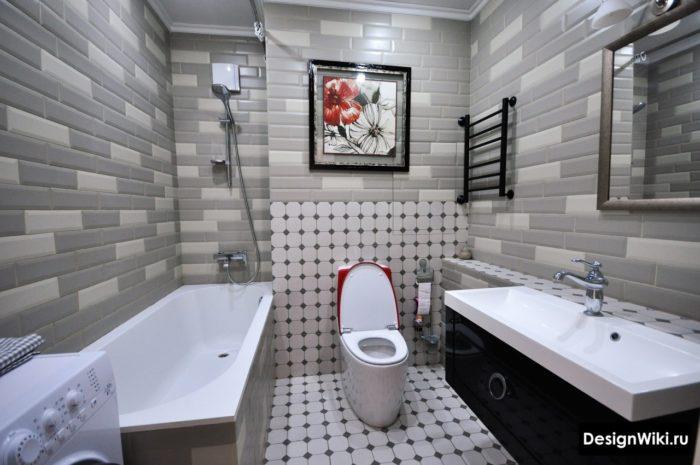 Стильный интерьер ванной комнаты со стиральной машиной и туалетом