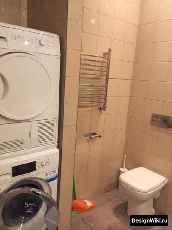 Стиральная и сушильная машина в ванной комнате