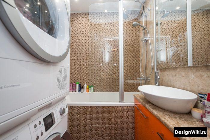 Стиральная и сушильная машины в маленькой ванной комнате