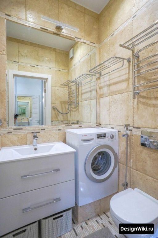 Стиральная машина на подиуме в ванной