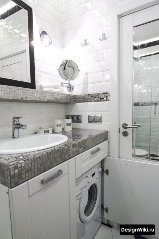 Стиральная машина под раковиной за дверцей в ванной