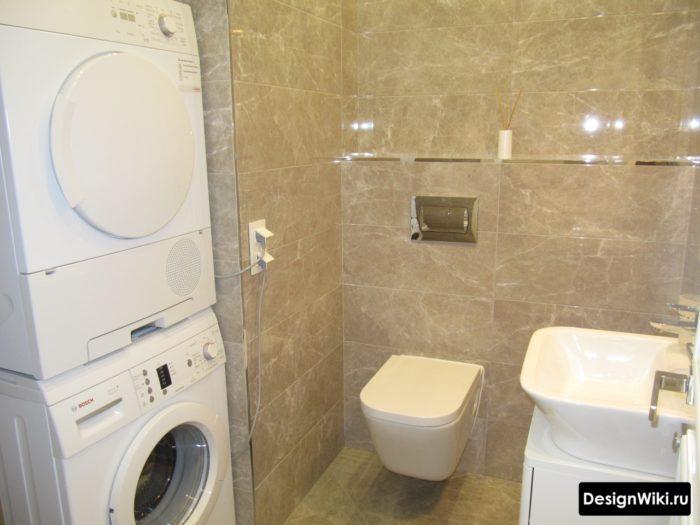 Сушильная машина стоит на стиральной в ванной