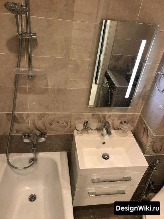 Тёмный неправильный дизайн небольшой ванной