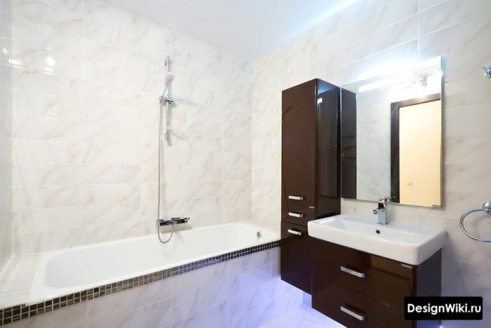 Узкий шкаф в маленькой ванной