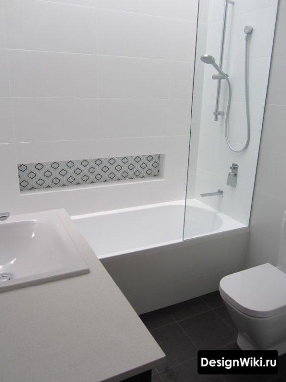 Чистый белый цвет в маленькой ванной в квартире
