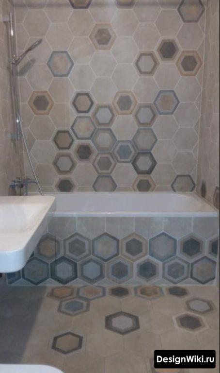 Шестиугольная плитка в маленькой ванной комнате