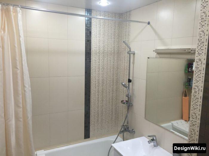 Штанга и шторка в небольшой ванной комнате
