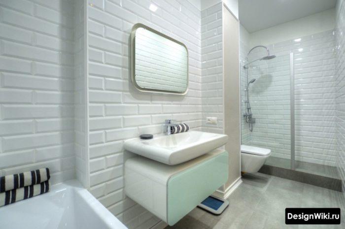 Белая ванная с душем в скандинавском стиле
