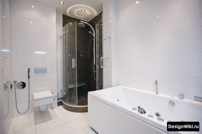 Белая плитка в комнате с ванной и душем