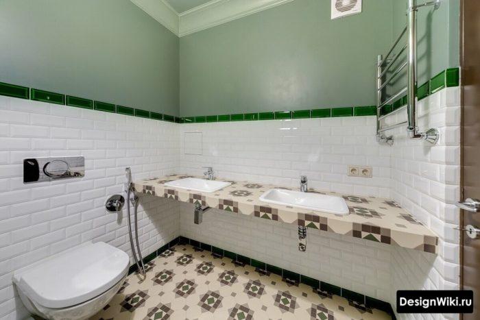 Белая плитка до середины стены и зеленая краска в ванной