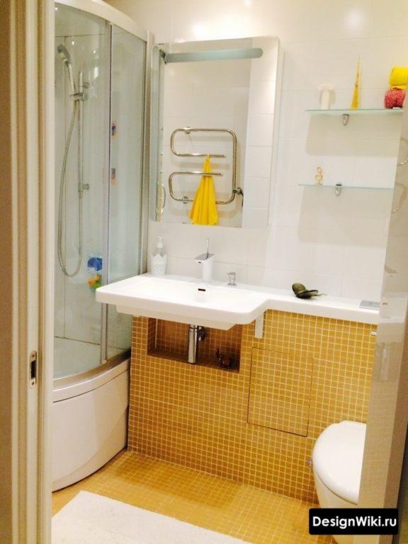 Бело-желтый дизайн ванной с душевой кабиной