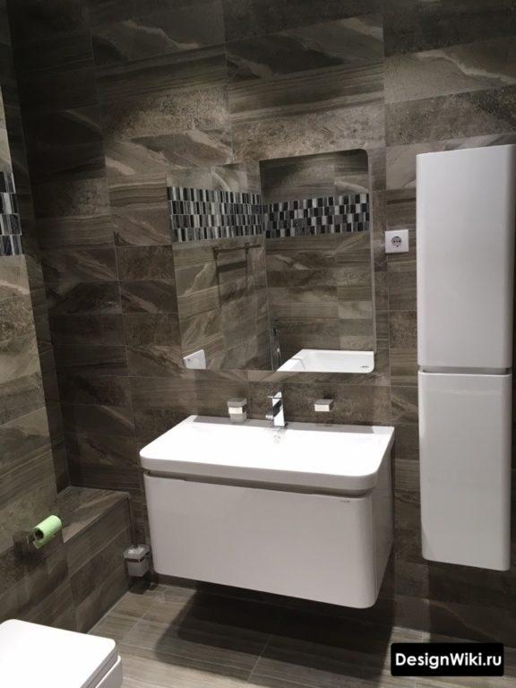 Белый глянцевый вертикальный шкаф в ванной