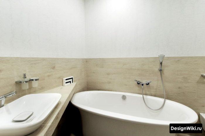 Бледное дерево до середины стены в ванной