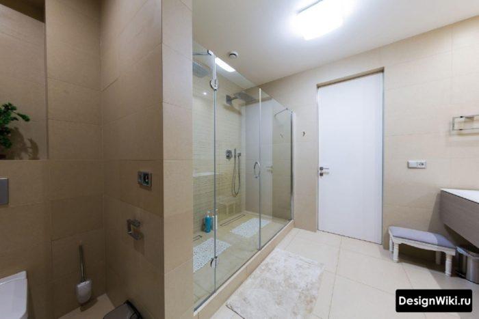 Большая душевая ванная в новой дорогой ванной