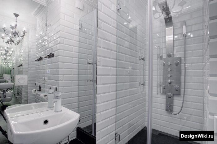 Ванная в скандинавском стиле с белым кабанчиком