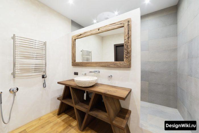 Ванная комната в скандинавском стиле с натуральным деревом