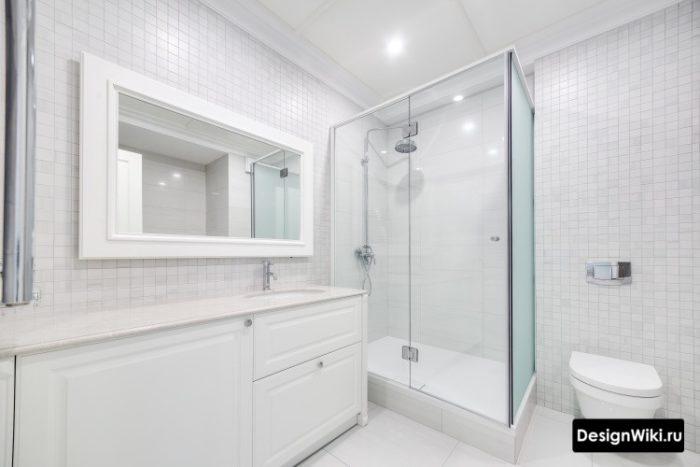 Ванная комната с душем и бежевой плиткой квадратиками