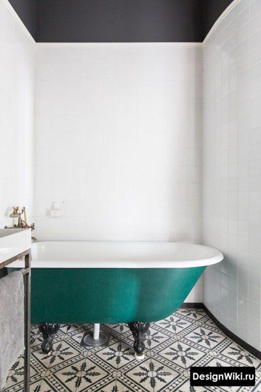 Ванна на ножках и плитка с узором