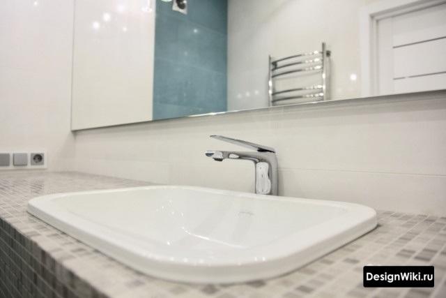 Встроенный в столешницу из мозаики умывальник в современной ванной