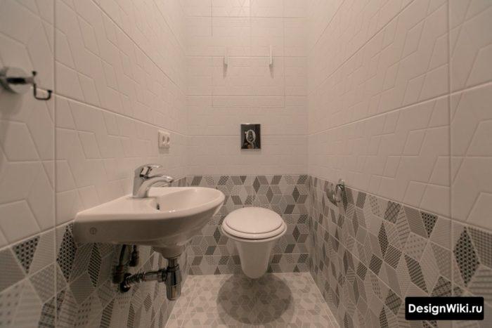 Геометрическая прямоугольная плитка в туалете