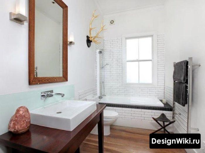Дизайн ванной с окном в скандинавском стиле
