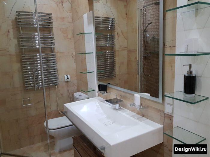 Дизайн ванной с современным смесителем изливом