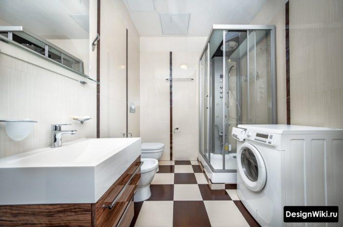 Дизайн прямоугольной душевой кабины в ванной с туалетом