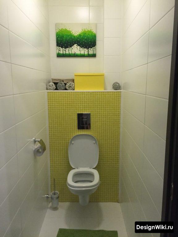 Дизайн туалета в квартире с белой плиткой и желтой мозаикой