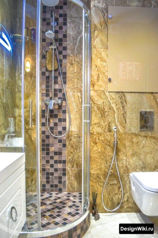 Душевой поддон из плитки в небольшой ванной комнате с туалетом