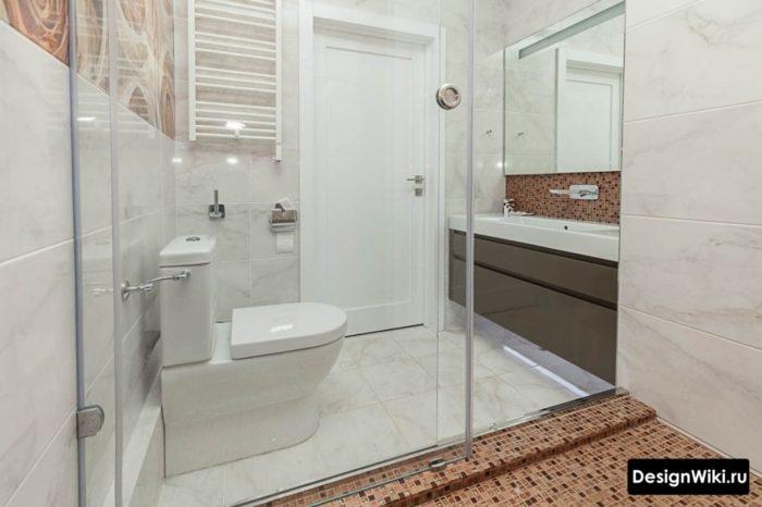 Интерьер ванной комнаты с душевой кабиной совмещенной с туалетом