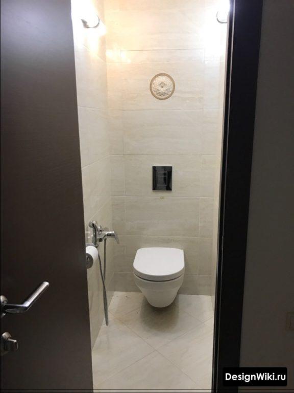 Интерьер туалета в бежевых тонах