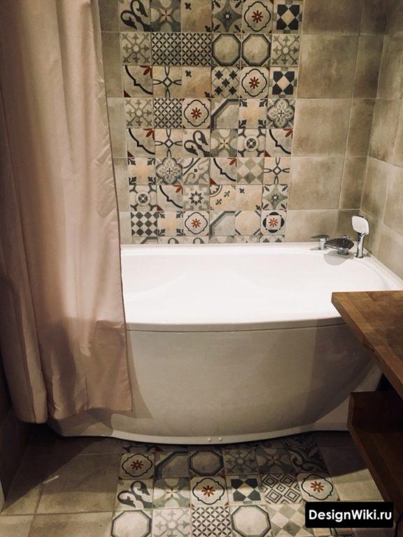 Квадратная плитка пэчворк на полу и стене ванной