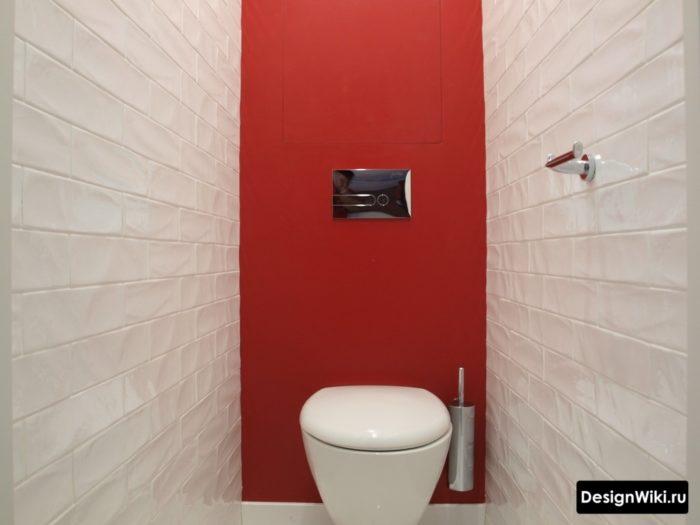 Комбинация плитки и красной краски в интерьере туалета
