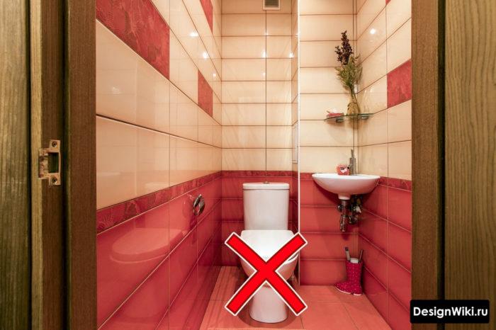 Красная плитка в туалете