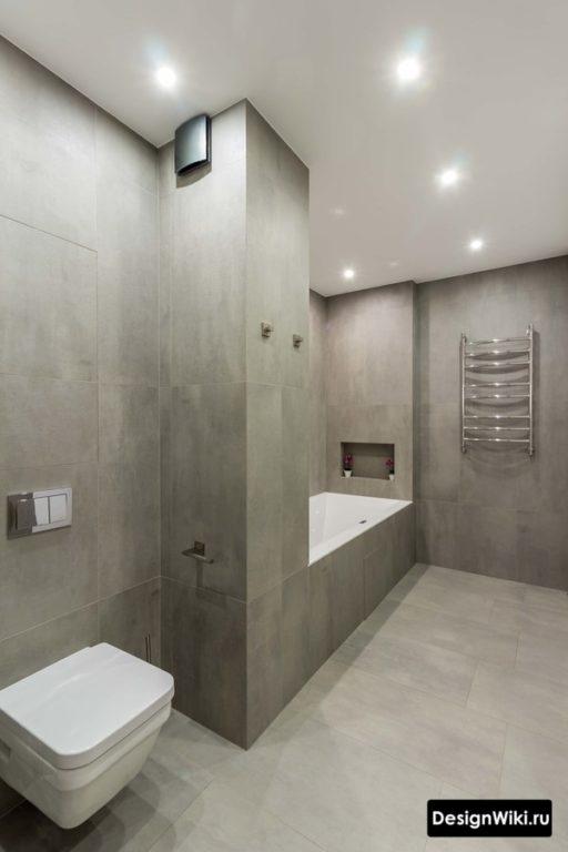 Крупная серая плитка в ванной