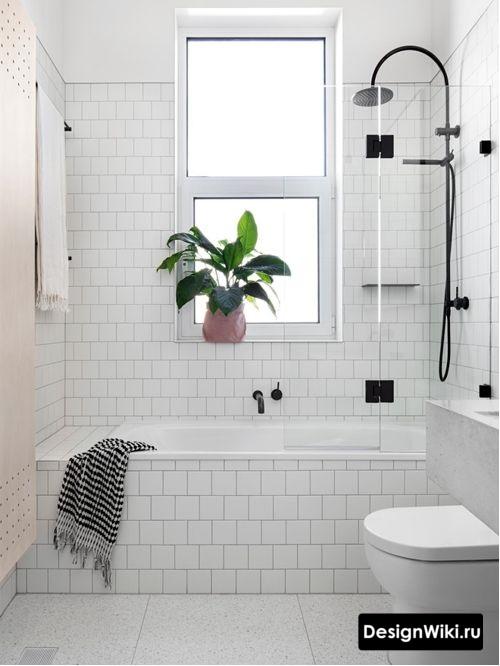 Маленькая белая квадратная плитка в скандинавской ванной комнате