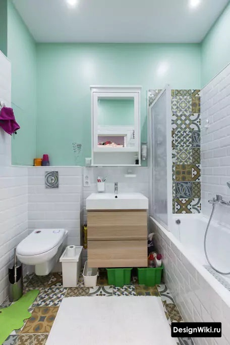 Маленькая ванная в скандинавском стиле с пэчворком