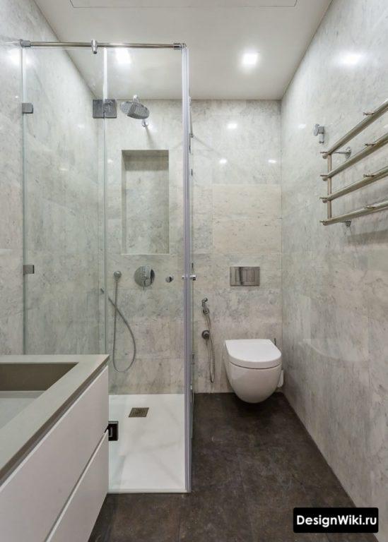 Маленькая ванная комната с душем и туалетом