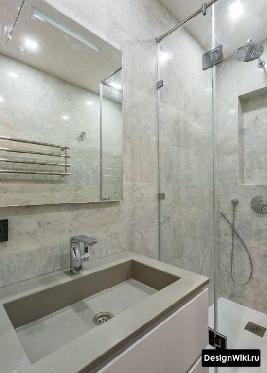 Маленькая ванная с душем без туалета