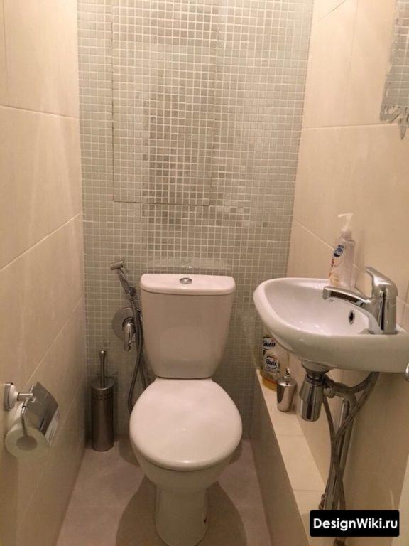 Напольный унитаз и раковина в туалете