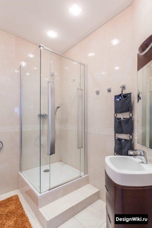 Натяжной потолок в ванной с душем