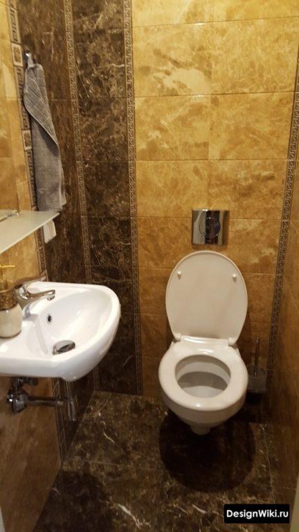 Небольшая раковина в туалете
