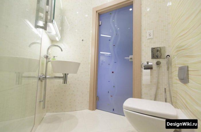 Отделка туалета светлой мозаикой