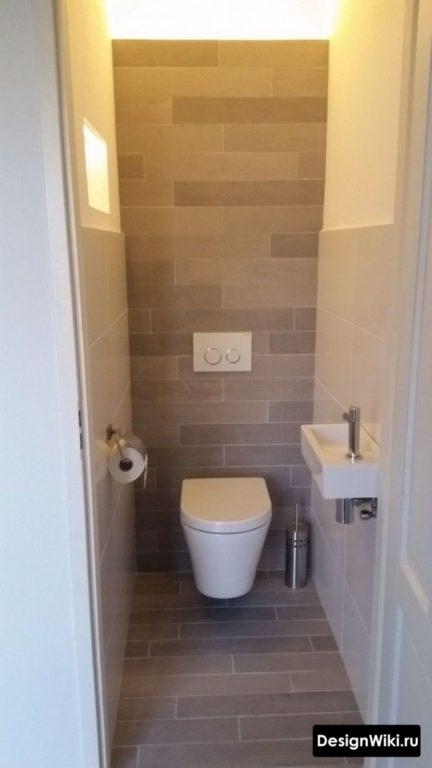 Палубная укладка плитки в туалете на полу и стене