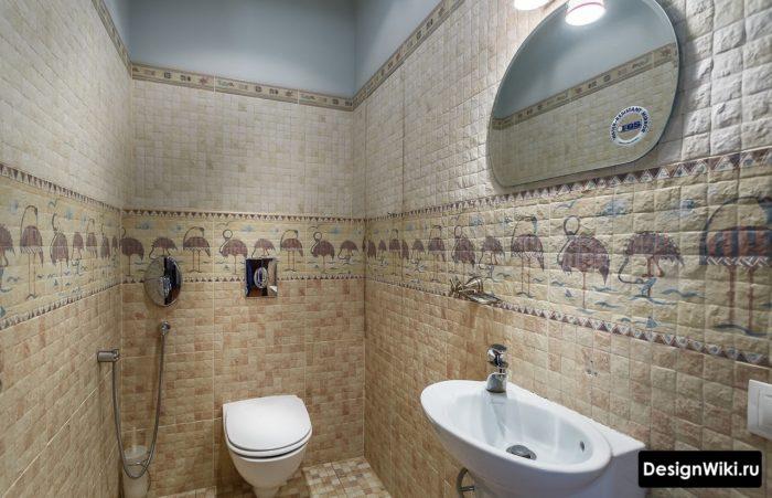 Плитка до половины стены и обои в туалете