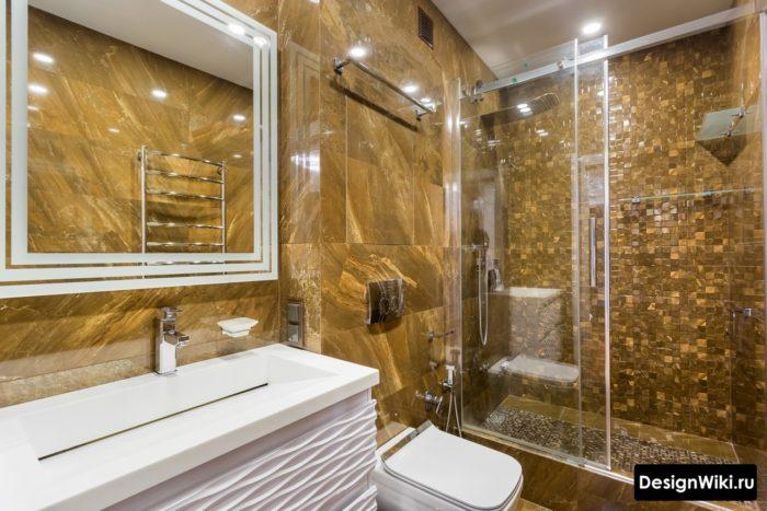 Плитка под коричневый мрамор в совмещённой ванной с душем