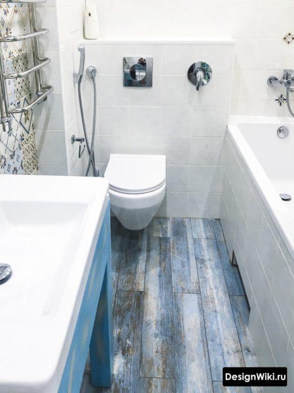 Плитка цветное дерево на полу ванной комнаты